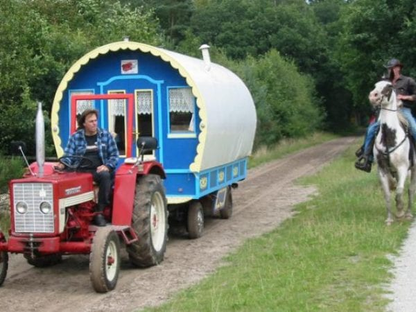 Vakantie-met-woonwagen-en-trekker