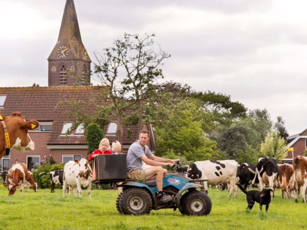 Achterop de tractor