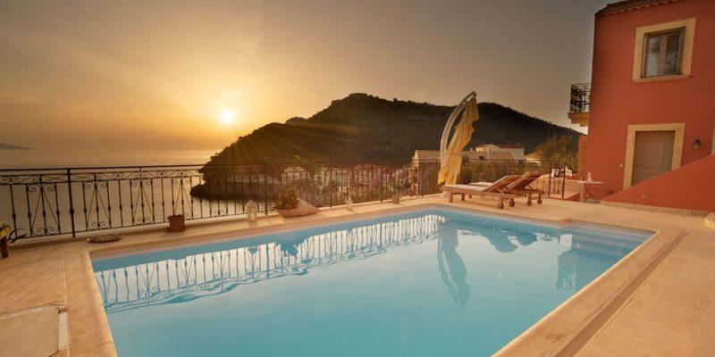 Zwembad met ondergaande zon