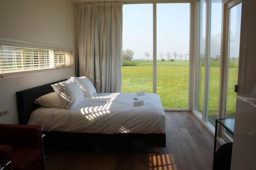 Slaapkamer In Kubus : Overnacht in een kubus in een weiland friesland nederland
