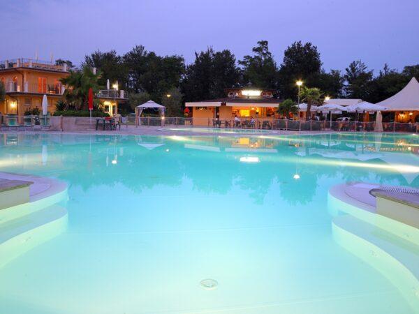 modern-zwembad-familie-gezin-jacuzzi