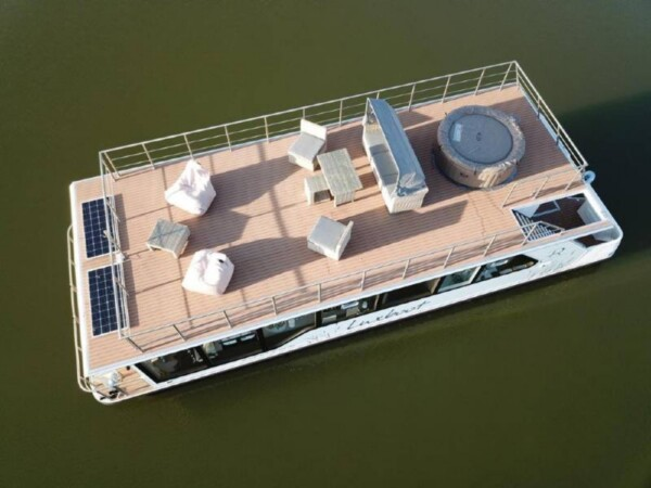 luxboot-otter-slapen-op-het-water-2