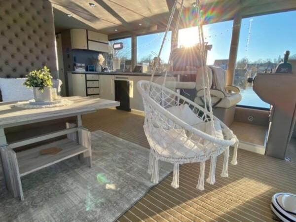 luxboot-otter-slapen-op-het-water-3