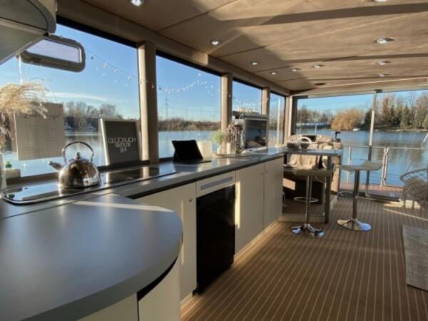 luxboot-otter-slapen-op-het-water-4