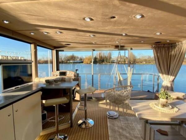 luxboot-otter-slapen-op-het-water-5