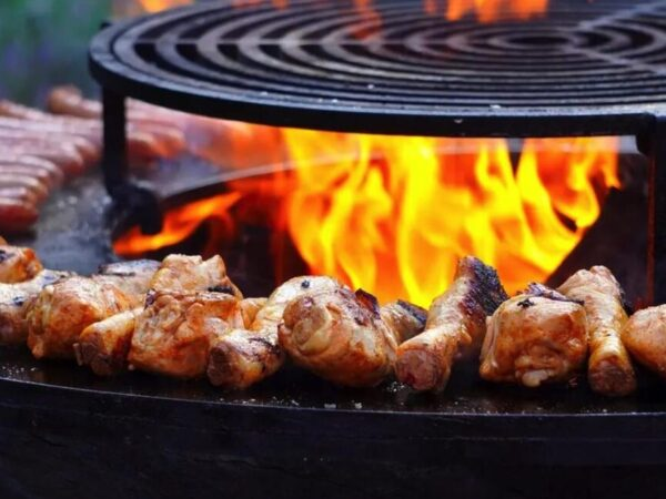 camping-met-vuurkorf-barbecue-bbq
