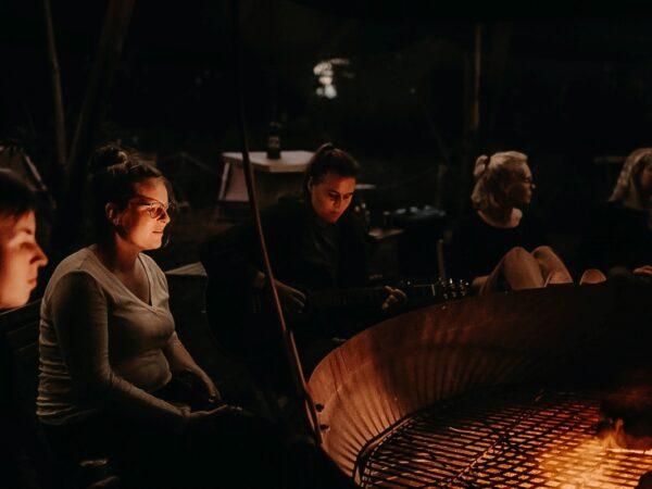 0-kampvuur-op-camping-in-nederland-gezellige